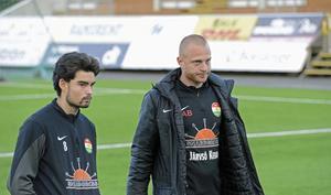 Diego Montiel tillsammans med Dalkurds tränare Andreas Brännström.