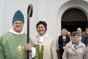 Biskop Ragnar Persenius hälsade Lena Wängmark välkommen som ny kyrkoherde.