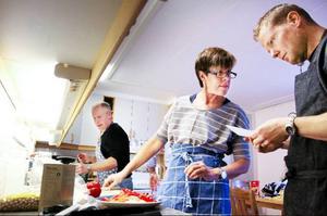 Janne Olsson, Eva Karlsson och Rikard Bogataj fixar klimatsmart lunch.