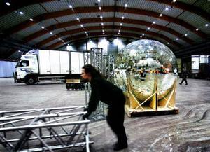Europas största diskokula, 400 kilo tung och 2,5 meter i diameter, ingår i julgalan.