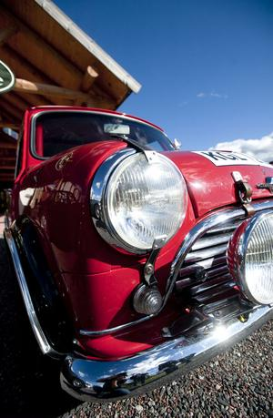 På Romme Alpins finparkering finns det plats för många stiliga bilar. Bland annat Hundkoja modell välputsad.