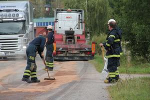 Räddningstjänsten i Alfta ryckte ut. Oljan sugs upp med hjälp av medlet som läggs, borstas ut på vägbanan.