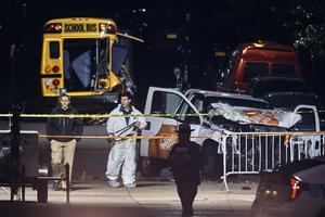 Polisen arbetar nära den krockade lastbilen, som en förare körde på cykelvägen nära World Trade Centers minnesplats och körde på och dödade flera personer.
