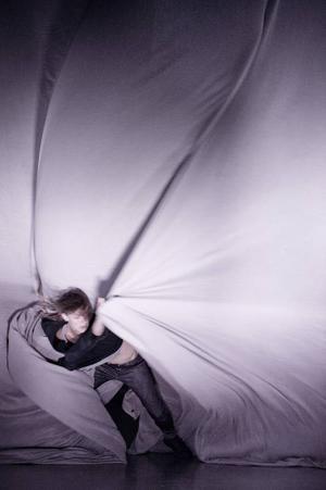 Dansaren Eva Mohn sugs in i det böljande tyg som är centralt i verket.