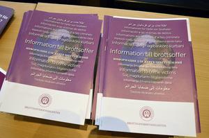 Information för brottsutsatta finns i ett flertal språk från brottsofferjouren.