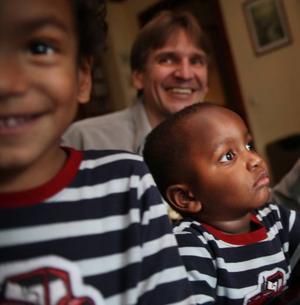 (dragarbilden) PILOTFAMILJ. Storebror David Jonsson, fyra år, följde med till Kenya för att hämta lillebror Raymond, två år. Familjen är en av de första familjerna i Sverige som adopterat från Kenya. De fick stanna nio månader i Nairobi i väntan på att adoptionen skulle gå igenom.