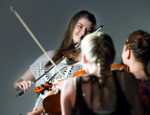 Emma Ahlberg från Sundsvall bildar folkmusiktrion Limbohofvet tillsammans med Johanna Karlsson och Lena Jonsson. I går kväll spelade de på Almamias säsonsavslutning.