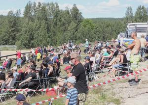 Den tillresta publiken fick njuta av både strålande sol och en hemmaseger.