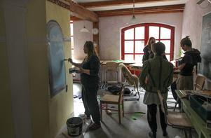 Allt jobb görs inte på scenen. Här hjälper bildläraren Annette Falk till och målar kulisser som ska användas när pjäsen spelas på Sagateatern i Hedemora.