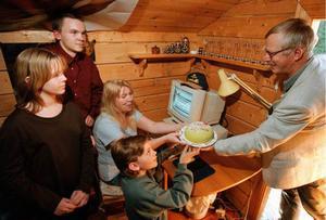 Ingela Nordlund med barnen Hanna Nordlund, Erik Nordlund och Olov Nordlund blir den tusende STonline-abonnenten. Gratuleras av Tommy Klaar från ST. 981003.