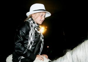 Kristine Borgman från Söderhamn fick prova på hur det känns att rida på en vit cirkushäst – mitt i manegen.