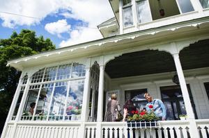 Villa Solbacken tillhör de mest praktfulla husen med snickarglädje och glasveranda.