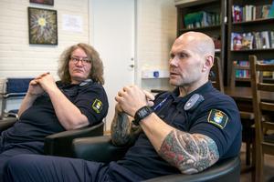 Maike Pakleppa och Mikael Jonsson leder 12-stegsprogram på Gävle-anstalten.