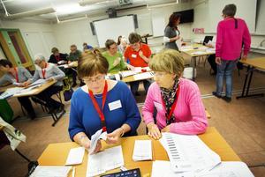 Pensionärerna Ulla Bergman och Britt Lalander Jansson från Östersund har räknat massvis med röster genom åren.