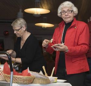 Gladde sig. Ulla Persson, undersköterska på Lillviksgården och Inga-Maj Lidström, som besökte en väninna, gladde sig över tonårsgrabbarnas besök.