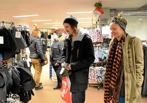 KYLIGT. Niklas Åkerman är tveksam till julhetsen. Nu är han ute med Sofia Kero i Hällefors för att skaffa en halsduk åt sig själv.