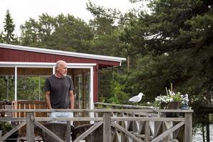En man och hans mås. Göran Östmark är släkt med Skatöns sista fiskare, och tillbingar sina somrar här hos Måsen.