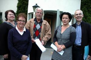 Här syns några av Folkpartiets lokala politiker som är optimistiska inför kommunvalet. Från vänster Birgitta Gustafsson, Gunilla Bodegrim, Håkan Gustáv, Lotta Bergstrand och Ove Wik. Foto:Roland Berg