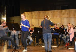 Här pågår repetitioner inför lördagens konsert med orkesterföreningen. Lydia Holmlund återvänder som solist och spelar Carl Maria von Webers första klarinettkonsert.