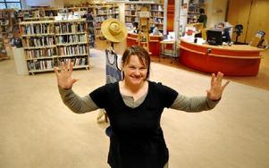 Vattenlekar bjuds i biblioteket i februari. Bland annat ska man med sina bara händer täta vattenläckor. Det är inget stillasittande datorspel som Marika Alneng bjuder in till precis.FOTO: CHRISTER NYMAN