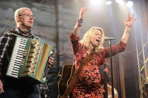 Frida Hallgren och Lennart Jähkel med uppdrag att sprida glädje i