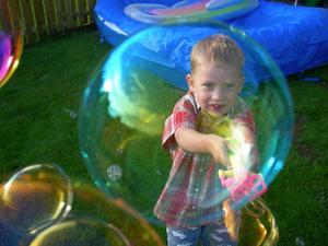En sen sommarkväll gjorde Sebastian hela himlen full med bubblor, härligt!