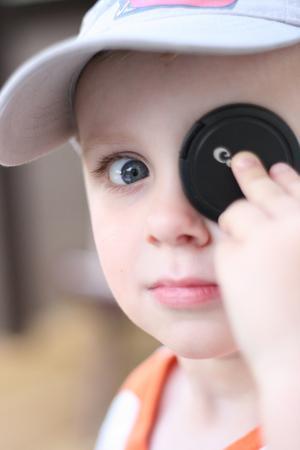 Har man ingen ögonlapp när man vill leka pirat, så kan man använda linsskyddet till mammas kamera istället.