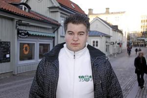 Bra sportstad. Veckans 20-åring Dan Persson tycker att Västerås är en bra sportstad, där det finns många duktiga lag inom olika sporter. Dan är ofta klädd i gröna och vita färger eftersom han gillar VSK.foto: Carina widell