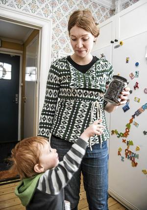 Gustave, som snart är tre år, vill gärna smaka på chokladen som har inhandlats på lösvikt från en chokladbutik i Sundsvall.