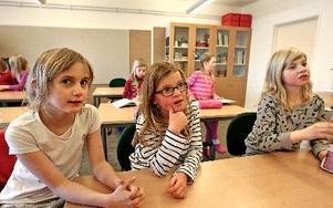 Emma Tallberg-Alzén, Julia Adås och Alva Skogsbergs från Torsång har lämnat Alsbäcks skola. De trivs i nya klassrummen intill Ornässkolan.         Foto: Johnny Fredborg