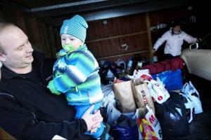 Johan Zetterberg tog med sig sonen Vincent –som inte misstyckte över att skänka bort lite av sina gamla leksaker.