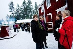 """Ann-Sofie Olsson från Frösön besöker marknaden tillsammans med sina väninnor Berith Pålsson, Anita Göransson och Gunhild Hedenborg, som alla kommer från Östersund. """"Vilken fantastisk bra miljö att hålla en julmarknad på"""", säger Anita Göransson."""