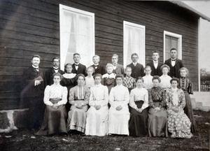 GAMLA TIDER. På väggen hänger ett fotografi från den tid då missionskyrkan var full av verksamhet.