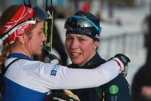 SM-segrarinnan gratuleras av IFK Moras Magdalena Olsson.
