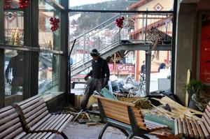Väntsalen i Station Åre var en enda röra av glassplitter, ved och juldekorationer.