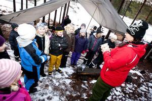 Läraren Jenny Borgström förklarar dagens uppgift i svenska.