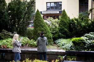 Lina Byström och Sanna Blanck tar en cigarett - i parken som inte räknas till skolmiljön.