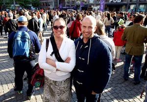 Gillar Loreen. Västeråsarna Jessica Andersson och Daniel Norman gick till Hötorget för att titta och lyssna.