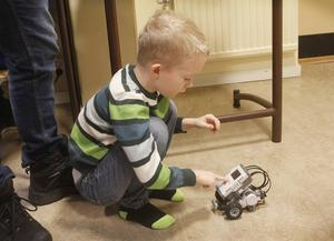 Ludvig Eriksson testar sin legorobot efter programmering.