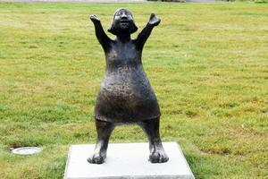 En av May Lindholms charmiga bronsskulpturer vid Stenabro förskola.