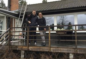 Michael Eriksson och Anna Nyberg tror på Vansbros framtid och vågade därför satsa på ett hus för 2,3 miljoner kronor i Vansbro.