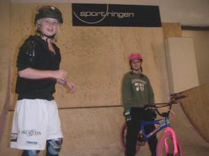 Alla är välkomna. Alla tjejer oavsett erfarenhet och ålder är välkomna att prova BMX, skateboard, kickboard och inlines på söndag i Hofors BMX-hall.