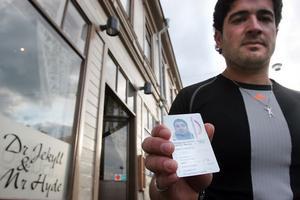 Salam Mohmad Ali kom inte in på krogen med Migrationsverkets ID-kort. Det är ett problem han delar med många andra asylsökande.
