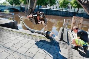 Laxtrappan ska rensas och ett långt rör sänks ned i ån. Stefan Söderling är en av rörgubbarna.