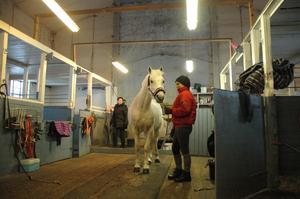OMGJORT. Ellen Roting Björklund ser om sin häst. I bakgrunden står Maria Lindholm i stallets dusch, där altaret fanns innan ombyggnaden.