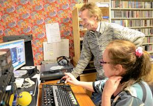 Trogna lyssnare. Sune Karlsson har varit med sedan början av 90-talet och sänt närradio i Kopparberg. Nu är Yvonne Karlsson sedan en tid anställd för att sköta de dagliga sändningarna.