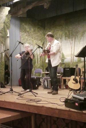 Britt-Marie Swing och Peter Puma Hedlund trivdes på scenen i Vallsta och publiken var med på noterna. Foto: Dan-Ola Hansson.