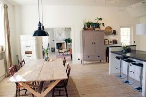 Det rymliga och hemtrevliga köket bjuder in till umgänge.