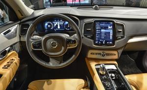 Den stora pekskärmen är inte bara till för att visa navigationskartor. Volvo har valt att ersätta nästan alla fysiska knappar och reglage i förarmiljön med - enligt företaget - lättanvända menysystem.    Foto: Anders Wiklund/TT