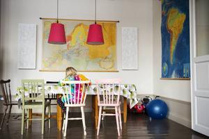 Stolar i olika färger, kartorna och två röda lampor som utropstecken skapar en lekfull mix.